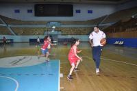 المدرب عامر خباز مع إحدى اللاعبات