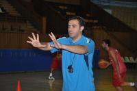 المدرب عصام حشمة مع اللاعبين
